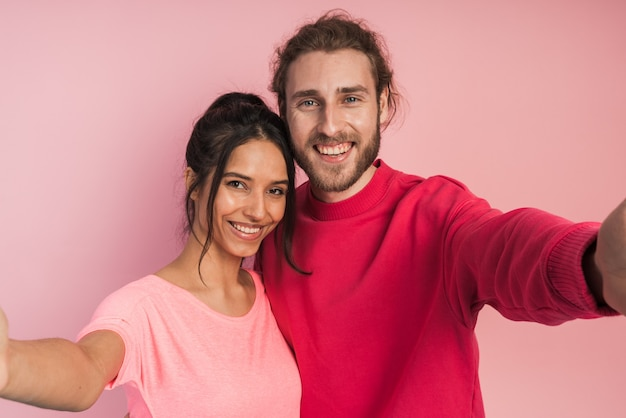 Séduisante, jeune couple étreignant, prenant un selfie