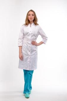 Séduisante jeune femme médecin sur blanc