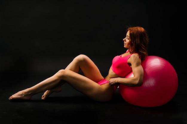 Séduisante jeune femme rousse en bikini isolé sur fond noir et blanc