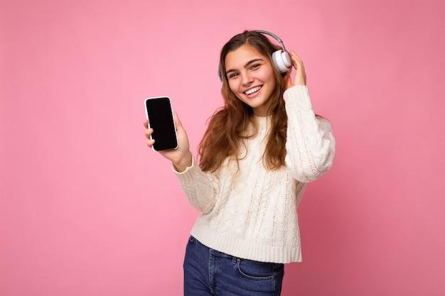 Séduisante jeune femme souriante positive portant une tenue décontractée élégante isolée sur coloré