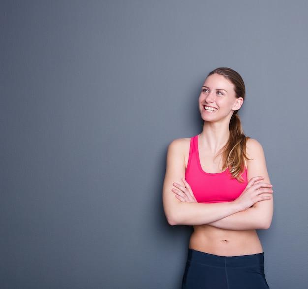 Séduisante jeune femme sportive souriante