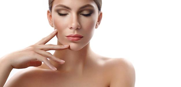 Séduisante jeune femme toucher son visage sensuellement