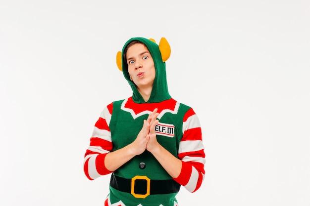 Séduisante jeune homme adolescent en costume elf sur fond blanc