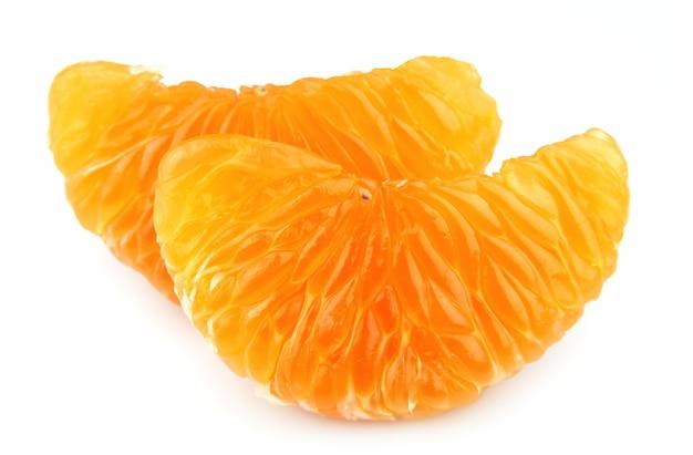 Segment de mandarine sur fond blanc