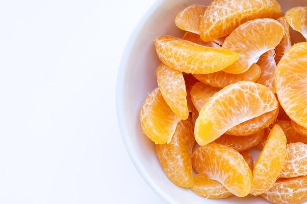 Segments orange sur fond blanc.