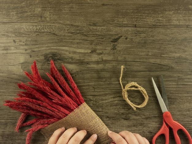 Seigle plat vue de dessus rouge sur fond en bois avec espace de copie