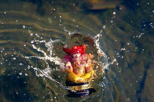 Seigneur ganesha dans l'eau