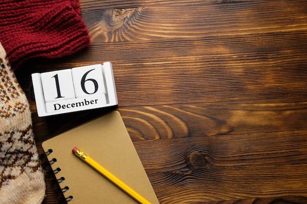 Seizième jour du calendrier du mois d'hiver décembre avec espace de copie.