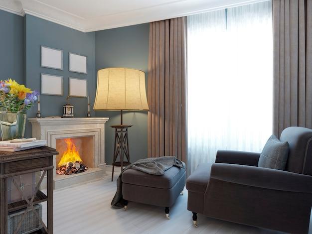 Séjour avec cheminée et fauteuil moelleux et pouf de salon cosy de style méditerranéen et parquet en bois blanc.