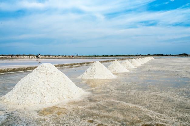 Sel agricole, pyramide à tas de sel marin