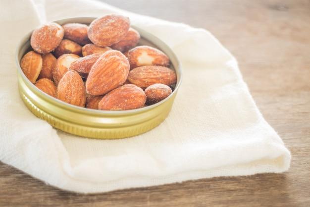 Sel aux grains d'amandes sur une table en bois patinée