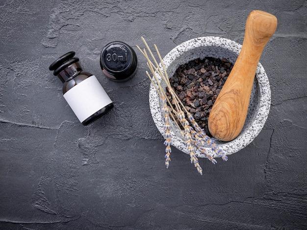 Sel de bain aromatique avec fleur de lavande sur fond sombre
