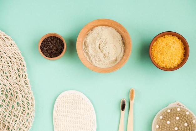 Sel de bain cosmétique, gomaj de raisin pour le visage, gommage au café pour le corps sur fond de menthe. cosmétique spa, zéro déchet.