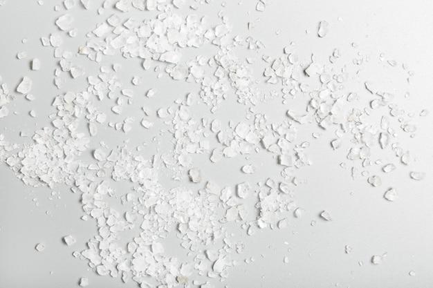 Sel de bain de mer blanc sur fond gris. concept de spa et de soins personnels. fond et texture.