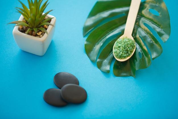 Sel de bain vert en cuillères en bois gros plan
