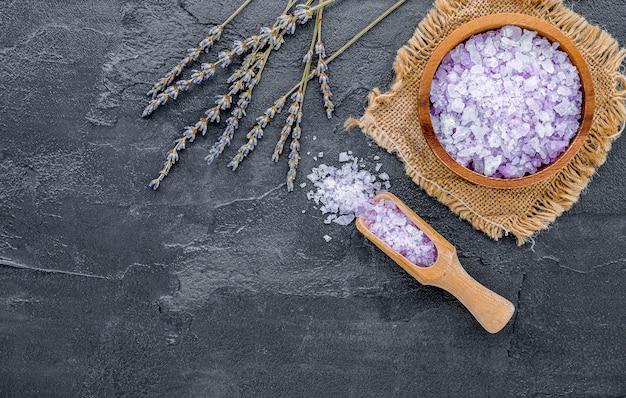 Sel de bain violet aromatique à la lavande sur béton foncé
