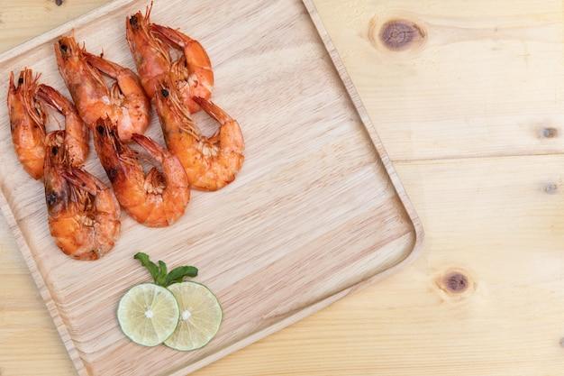 Sel de crevettes au four sur un plat en bois avec sauce thaïlandaise au chili
