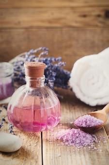 Sel de lavande avec des produits de spa naturels et décor pour le bain sur fond de bois