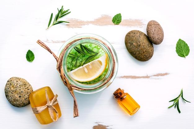 Sel de mer aromatique aux herbes aromatiques sur une table en bois blanche.