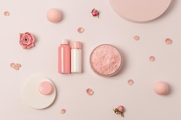 Sel de mer aromatique avec huile essentielle fleur de rose composition spa avec produit cosmétique de salle de bain