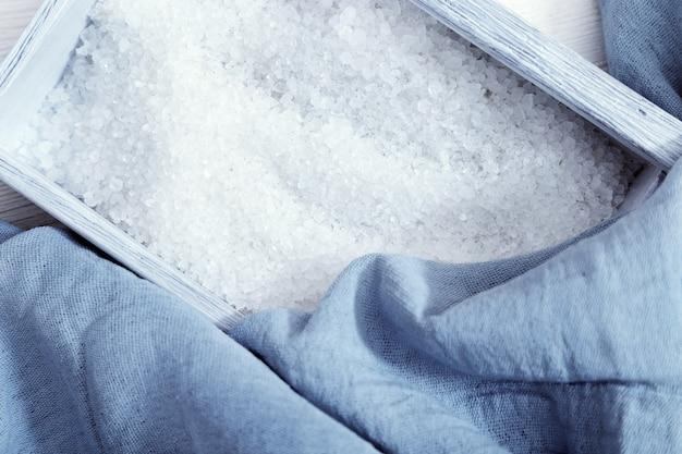 Sel de mer blanc dans une boîte en bois bleue