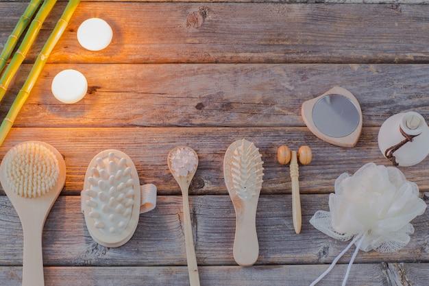 Sel de mer, brosses, débarbouillettes, appareil de massage, miroir, bambou et bougies