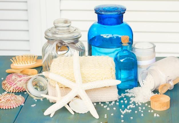 Sel de mer et coquillages spa sur table en bois bleu