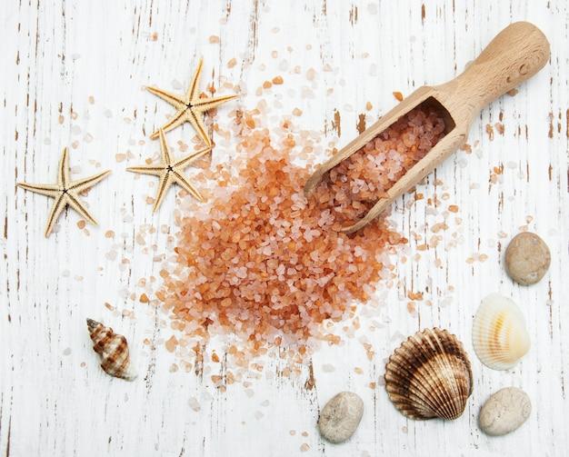 Sel de mer dans une cuillère en bois avec coquillages et étoile de mer