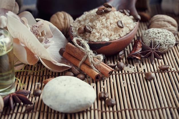 Sel de mer naturel avec grains de café, cannelle et étoile d'anis