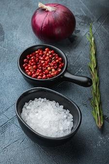 Sel et poivre dans des bols