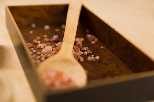 Sel rose de l'himalaya sur boîte en bois et cuillère