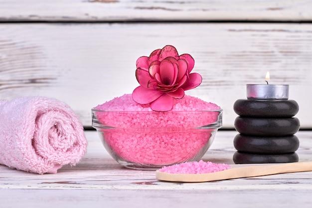 Sel rose de l'himalaya avec serviette et pierres noires