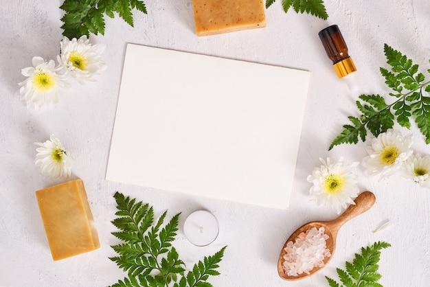 Sel de salle de bain, savon et huile aromatique pour spa sur fond blanc vue de dessus maquette