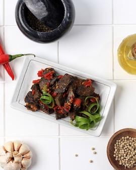 Selected focus balado paru, nourriture traditionnelle indonésienne à base de poumons de bœuf. cuit avec beaucoup de piment, d'ail, d'échalotes et de feuilles de citron vert. délicieux avec un goût épicé. espace de copie
