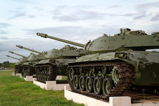 Sélectif concentré sur le stationnement des chars historiques de l'armée verte sur un terrain d'herbe verte