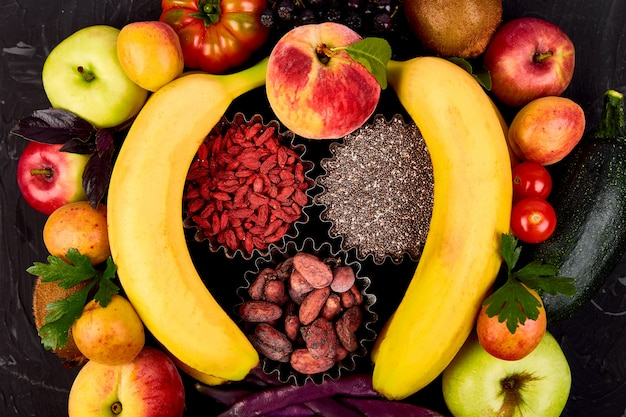 Sélection d'aliments sains et colorés: fruits, légumes, graines, superaliments