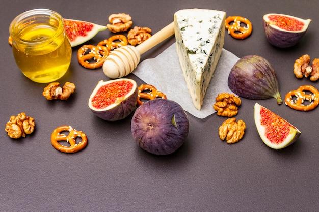 Sélection d'apéritif au fromage ou ensemble de collations au vin. fromage bleu, figues, miel, noix, bretzels
