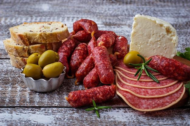 Sélection d'apéritif italien. jeu de snack de vin. mise au point sélective