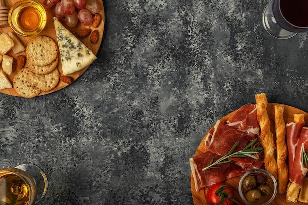 Sélection d'apéritifs au fromage et à la viande, vue de dessus.
