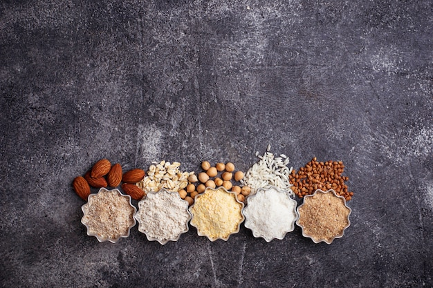 Sélection de différentes farines sans gluten (amandes, sarrasin, riz, pois chiches et avoine)