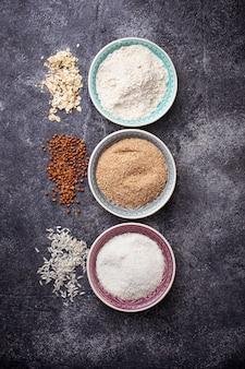 Sélection de différentes farines sans gluten (sarrasin, riz et avoine)