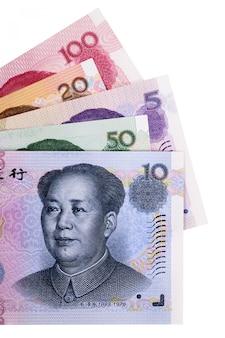 Sélection de différents billets de banque en yuan chinois entièrement isolés contre le blanc