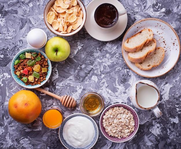 Sélection de différents petits déjeuners sains.