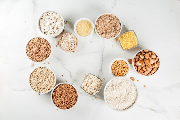 Sélection de différents types de grains de céréales gruaux dans un bol différent