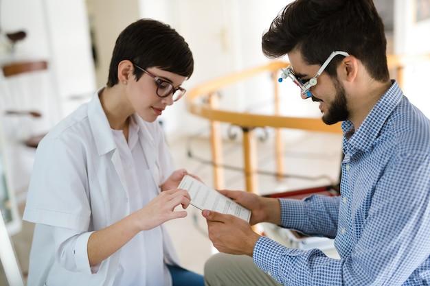 Sélection de la dioptrie appropriée après examen de la vue par un ophtalmologiste à la clinique d'ophtalmologie