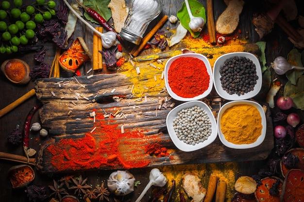 Sélection, de, épices, herbes, et, ingrédients, pour cuisiner, nourriture, fond, sur, table bois
