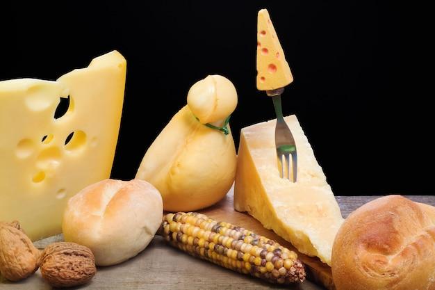 Sélection de fromage avec des éléments automnaux