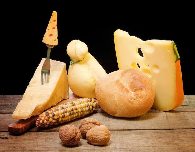 Sélection de fromage sur une table en bois