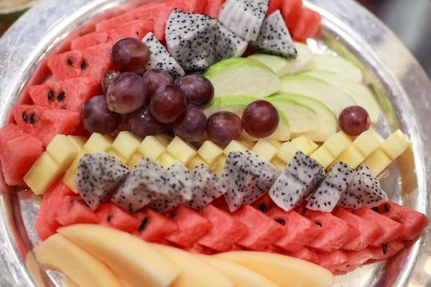 Sélection de fruits tropicaux asiatiques; raisin, pastèque, goyave, papaye, ananas