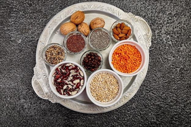Sélection de haricots et de noix dans des bols